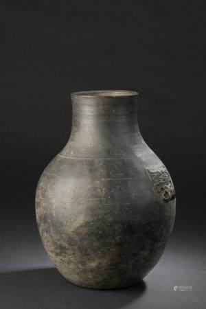 Vase Hu en terre cuite griseChine, époque Han (206 av. à 220 ap. J.-C.)La panse ovoïde surmonté