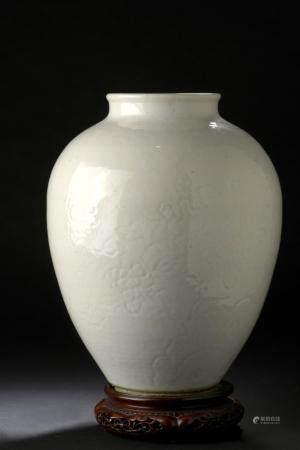 Vase en porcelaine blancheChine, XVIIIe siècleLa panse ovoïde surmontée d'un petit col ourlé, à