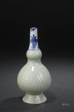 Aspersoir en porcelaine céladon et bleu blancChine, XVIIIe siècleLa panse céladon à décor moulé