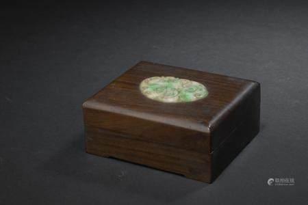 Petite boîte en bois incrusté de jadéiteChine, début du XXe siècleRectangulaire, le dessus du c