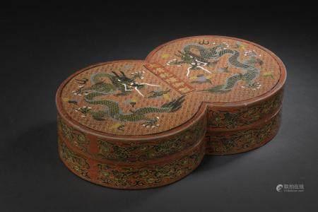 Boîte couverte en bois laquéChine, XXe siècleEn forme de cercles accolés, le dessus du couvercl
