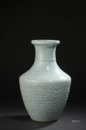Vase en porcelaine à glaçure céladonChine, XXe siècleBalustre, à décor archaïsant moulé en lége