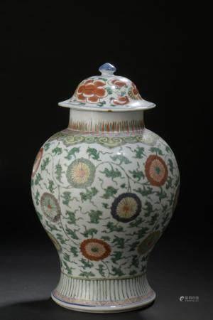 Vase couvert en porcelaine famille verteChine, XVIIe siècleBalustre, à décor de médaillons de f