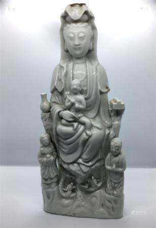 Statuette de Guanyin en porcelaine blanc de ChineChine, XIXe siècleReprésentée assise sur une b