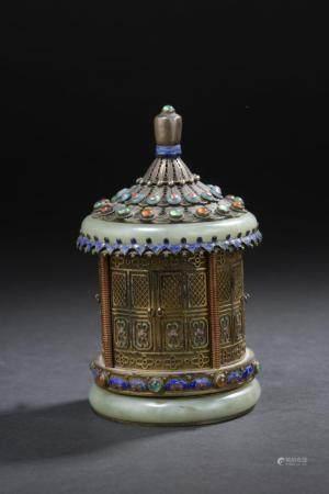 Boîte couverte en argent filigrané, émaillé et incrusté de jade et pierres duresChine, début du