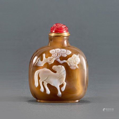 清中期玛瑙黑白皮双面巧雕鼻烟壶 A Chinese Agate Carved Snuff Bottle Mid Qing Dynasty