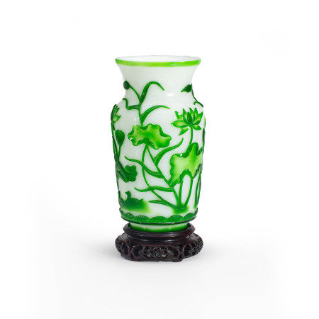 清乾隆宫廷白地套绿料莲池鸳鸯纹瓶 An Imperial Chinese Carved Green Overlay and White Glass Vase Qing Qianlong Period(1736-1796)
