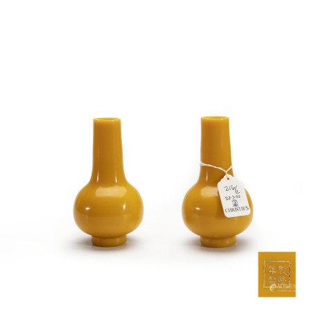 清乾隆宫廷黄色料长颈瓶一对 Pair of Chinese Imperial Yellow Glass Vase Qianlong Mark and Period(1736-1796)