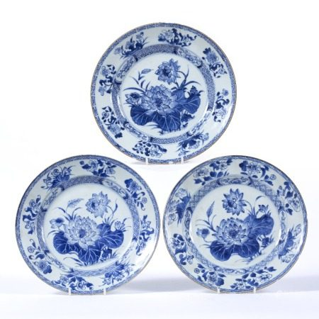 Set of three export blue and white plates Chinese, circa 1800 decorated to the centre with a