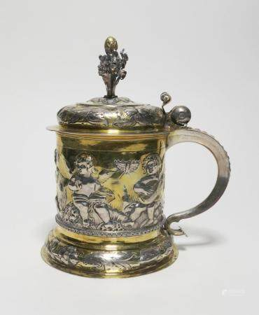 Partially gilt silver tankard with gilt interior depicting cupids with instruments