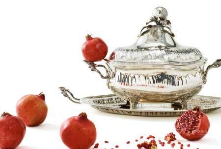 Splendid silver rococo tureen with pomegranate knob and gilt interior on Présentoir
