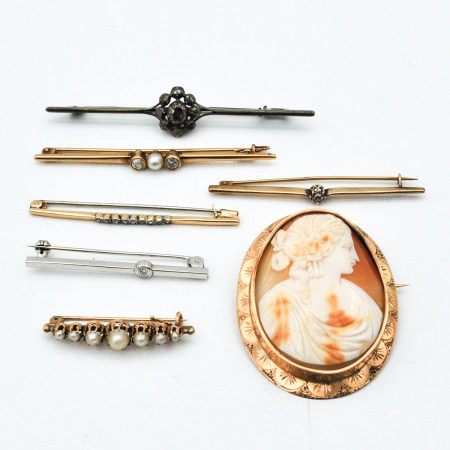 A Collection of 7 Brooches