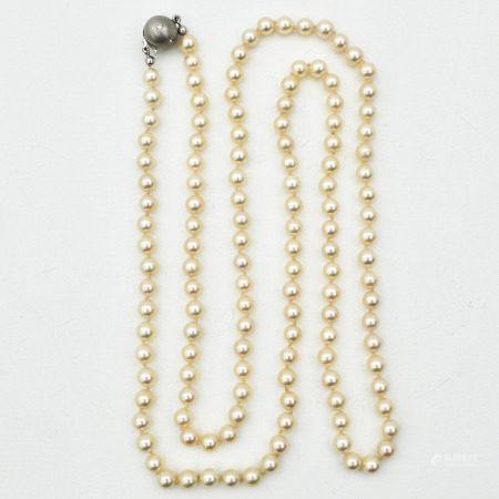 A Pearl Necklace on 18KG Clasp Set with Diamond