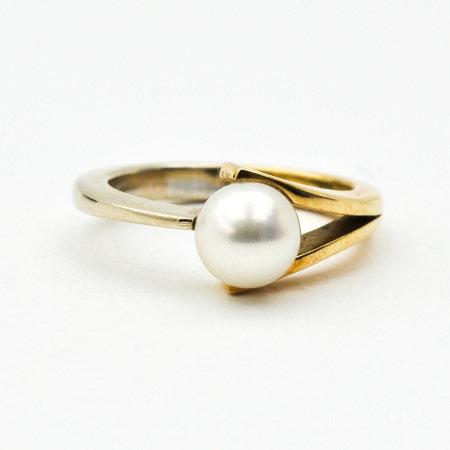 A Ladies 14KG Pearl Ring