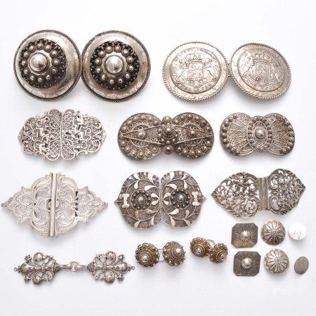 A Lot of Diverse Belt Buckles, Keelknopen and Clasps