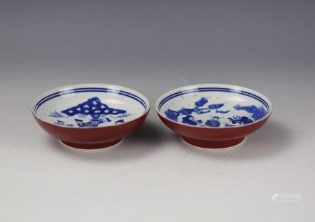 A Pair of Iron Red Glaze Blue and White Figural Porcelain Plate with Wan Yu Mark