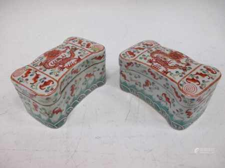 A pair of Chinese porcelain boxes and covers decorated with dragons,(10.5cm wide)