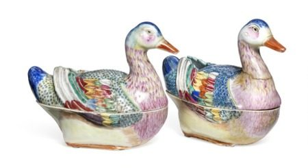 A pair of Chinese famille rose export porcelain tureens in the shape of ducks decorated in enamel colours and gold. Qianlong 1736–1795. L. 16 cm. H. 15 cm. (2)       Provenance: Swedish private collection.