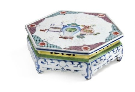 A Chinese famille rose hexagonal porcelain stand decorated with precious things and design, pierced sides. Qianlong 1736–95. H. 8 cm. W. 25.5 cm.       Provenance: Danish private collection.
