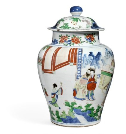 A Chinese famille verte covered porcelain jar decorated in colours with a court visit, in the background a desk with boardgame and Jue vessel. Kangxi 1662–1722. H. 50 cm.       Provenance: Danish private collection.