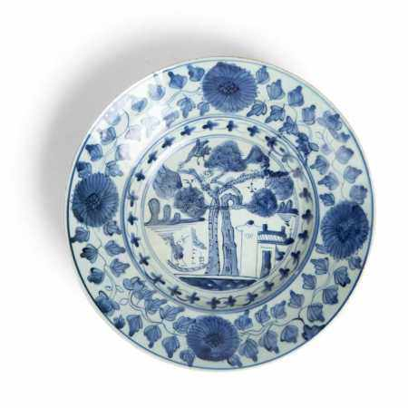 BLUE AND WHITE 'TREE' PLATE MING DYNASTY, 17TH CENTURY