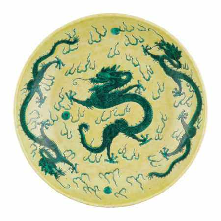 FAMILLE JAUNE GREEN-DECORATED 'DRAGON' CHARGER