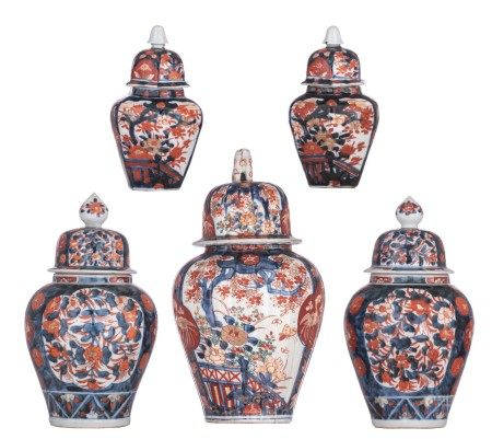 A collection of five Japanese Imari vases and covers, 19thC, H 17,5 - 30 cm