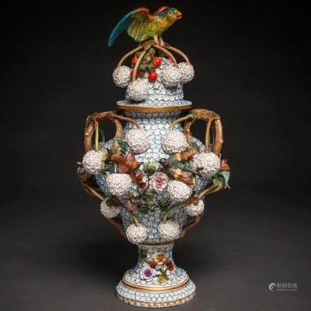 Vase allemand en porcelaine de Meissen, style Schneeballen. XIXe siècle67x33 cms.Profondément d
