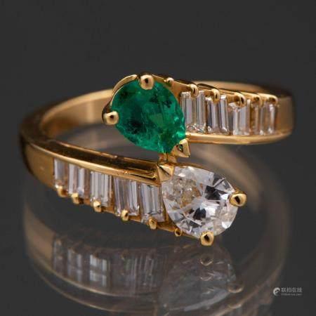 Bague Toi et Moi montée sur or jaune 18 Kt avec diamants taille poire, émeraude et baguette ave