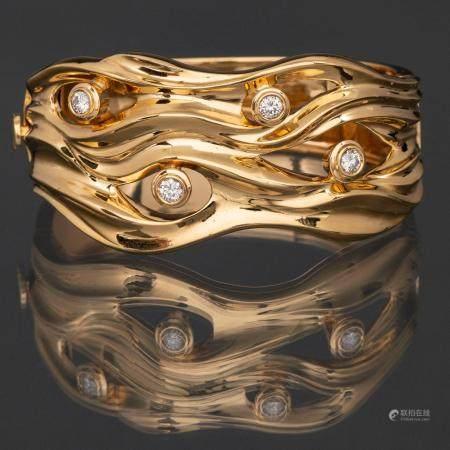 Magnifique bracelet en or jaune 18 Kt avec quatre diamants taille brillant sur le devant.5,2 x