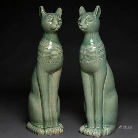 Paire de chats égyptiens en céramique italienne émaillée en vert de Bassano de Grappa. Années 8