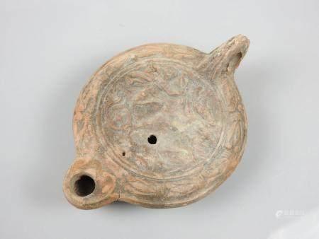 Belle lampe à huile en terre cuite.Epoque romaine des premiers siècles après J.C.Déesse Diane s