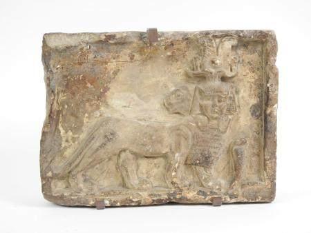 Relief représentant un animal panthé sphynx à tête humaine et animale,un cobra à sa base.Epoque