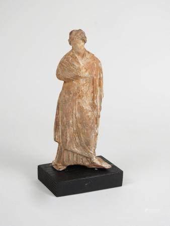 Statuette de type tanagréenBre cuite style hellénistique.Probablement un souvenir romantique