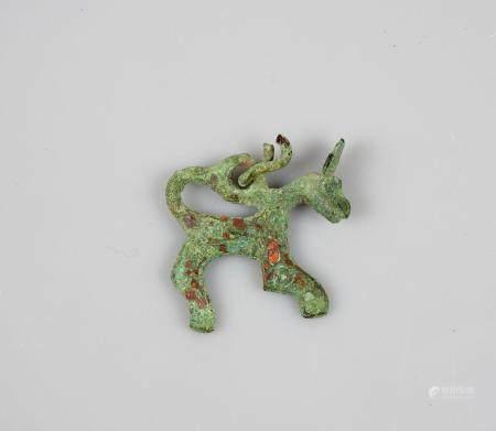 Pendentif amulette en forme d'animal.Bronze. Art barbare viking ou postéri. L :3cm.