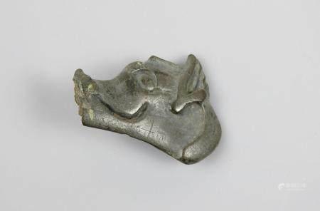 Tête de sanglier.Parure.Elément .Bronze argenté.Art scythe.En l'état dont fissures.L:4,5cm.