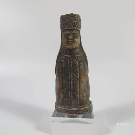 Haute Epoque. ope du nord. Figurine de Reine, pièce d'échecs. H env. 9.5cm. Env. 132g. Marbr