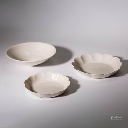 A SET OF WHITE GLAZED PORCELAIN PLATES