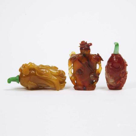 A Group of Three Agate and Carnelian Carved Snuff Bottles, 19th/20th Century, 十九/二十世纪 玛瑙巧雕佛手 花瓶鼻烟壶两只