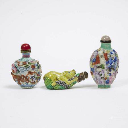 A Group of Three Famille Rose Moulded Snuff Bottles, 19th/20th Century, 十九/二十世纪 模制瓷胎鼻烟壶一组三件, tallest