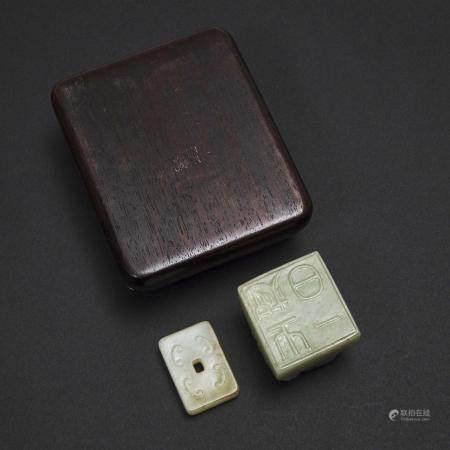 A Jade-Inset Box, together with a Jade Seal and Plaque, 嵌玉木盒 玉雕子母兽钮章 玉雕螭龙方璧一组三件, box 1.6 x 4.1 x 3.5