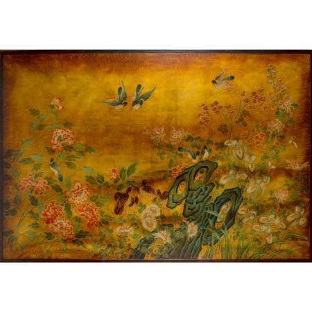 GRAND PANNEAU HORIZONTALen bois, laqué et peint, à décor d'oiseaux parmi des fleurs de pivoine