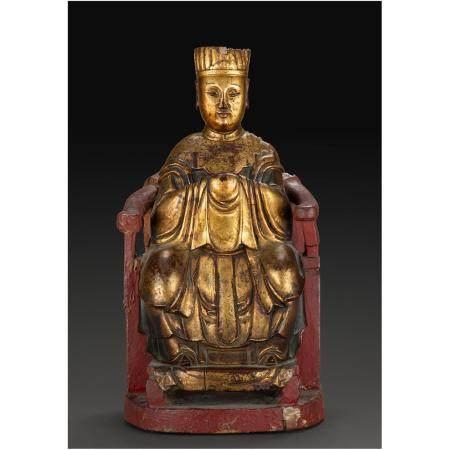 STATUETTE DE DIGNITAIREen bois sculpté et laqué rouge et doré, figuré assis sur un trône, les m