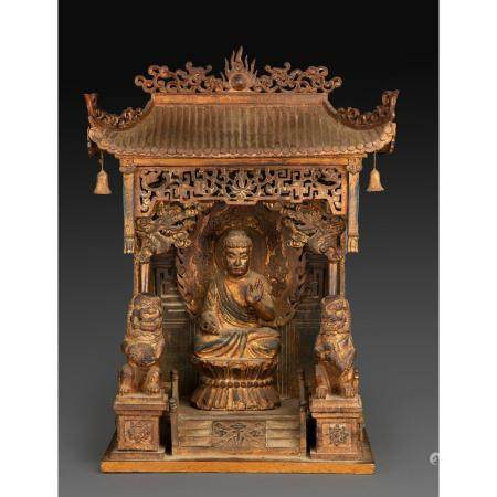 PETIT AUTELen bois sculpté partiellement doré, reprenant la forme d'un temple contenant une sta