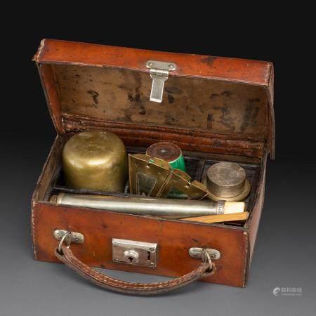 VALISETTE DE VOYAGEcontenant un nécessaire de fumeur d'opium, comprenant une pipe en deux parti