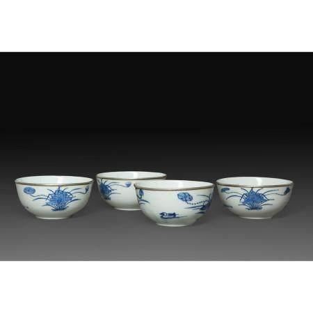 SUITE DE QUATRE BOLSen porcelaine blanche, à décor en bleu sous couverte de canards parmi des l