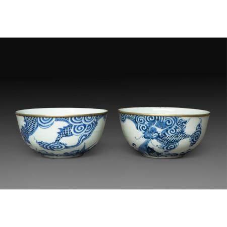 """PAIRE DE COUPES DITES EN """"BLEU DE HUÉ""""en porcelaine blanche à décor en émaux bleu sous couverte"""