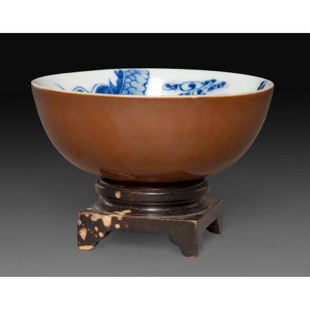 """PETIT BOLen porcelaine dite en """" bleu de Huê """", l'intérieur décoré en émaux bleu sous couverte"""