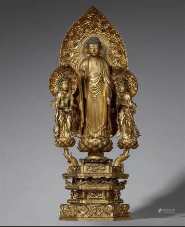 Un Amida Trias en bois laqué et doré. XVIIIe siècle  Au centre se tient Amida Nyorai sur une fl