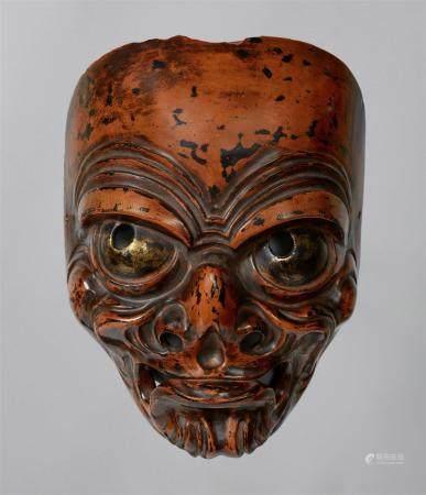 Un masque en bois et en laque de type négoro, à la manière d'un masque bugaku. Période Meiji  A
